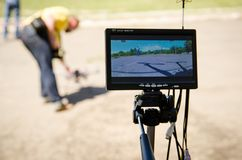 Il giovane sta preparando lanciare un fuco ad una concorrenza fotografia stock