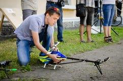Il giovane sta preparando lanciare un modello dell'elicottero ad un competi immagine stock