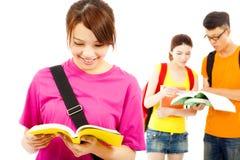 Il giovane studente asiatico ha letto un libro con i compagni di classe Immagini Stock Libere da Diritti