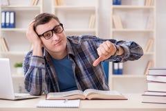Il giovane studente che prepara agli esami della scuola con i libri Immagini Stock Libere da Diritti