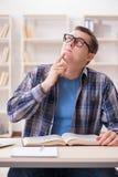Il giovane studente che prepara agli esami della scuola con i libri Fotografia Stock Libera da Diritti