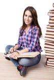 Il giovane studente che prepara all'istituto universitario gli esami isolati su bianco Fotografia Stock Libera da Diritti