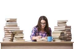 Il giovane studente che prepara all'istituto universitario gli esami isolati su bianco Immagini Stock