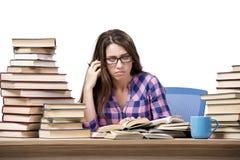 Il giovane studente che prepara all'istituto universitario gli esami isolati su bianco Immagini Stock Libere da Diritti