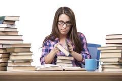 Il giovane studente che prepara all'istituto universitario gli esami isolati su bianco Fotografie Stock Libere da Diritti