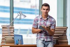 Il giovane studente che prepara per gli esami dell'istituto universitario Immagine Stock Libera da Diritti