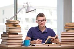 Il giovane studente che prepara per gli esami della scuola Fotografie Stock