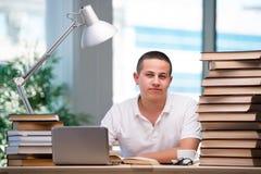 Il giovane studente che prepara per gli esami della scuola Fotografia Stock Libera da Diritti