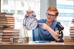 Il giovane studente che prepara per l'esame di chimica Fotografie Stock Libere da Diritti