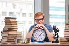 Il giovane studente che prepara per l'esame di chimica Fotografia Stock Libera da Diritti