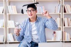 Il giovane studente che studia con i libri Fotografia Stock