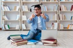 Il giovane studente che studia con i libri Immagini Stock
