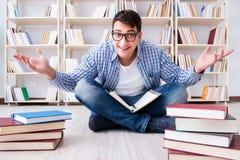 Il giovane studente che studia con i libri Immagine Stock