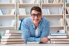 Il giovane studente che studia con i libri Immagini Stock Libere da Diritti