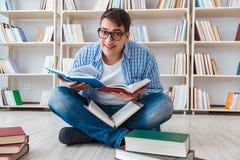 Il giovane studente che studia con i libri Fotografia Stock Libera da Diritti