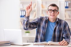Il giovane studente che studia sopra Internet nel concetto di teleapprendimento Immagine Stock Libera da Diritti