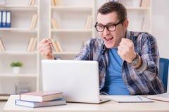 Il giovane studente che studia sopra Internet nel concetto di teleapprendimento Immagini Stock