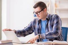 Il giovane studente che studia sopra Internet nel concetto di teleapprendimento Fotografie Stock