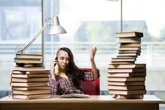 Il giovane studente con la pila di libri Fotografia Stock
