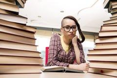Il giovane studente con la pila di libri Immagine Stock Libera da Diritti