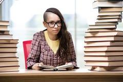 Il giovane studente con la pila di libri Immagini Stock