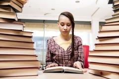 Il giovane studente con la pila di libri Fotografia Stock Libera da Diritti