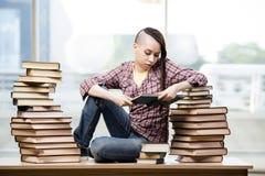 Il giovane studente con la pila di libri Fotografie Stock