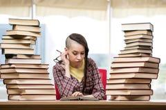 Il giovane studente con la pila di libri Fotografie Stock Libere da Diritti