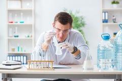 Il giovane studente del chimico che sperimenta nel laboratorio Fotografie Stock
