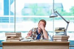 Il giovane studente maschio che prepara per gli esami della High School Immagini Stock