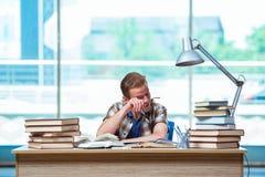 Il giovane studente maschio che prepara per gli esami della High School Immagine Stock