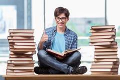 Il giovane studente maschio che prepara per gli esami della High School Fotografia Stock