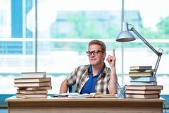 Il giovane studente maschio che prepara per gli esami della High School Immagine Stock Libera da Diritti