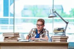 Il giovane studente maschio che prepara per gli esami della High School Fotografie Stock Libere da Diritti