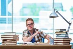 Il giovane studente maschio che prepara per gli esami della High School Immagini Stock Libere da Diritti