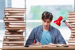 Il giovane studente nell'ambito dello sforzo prima degli esami Immagini Stock
