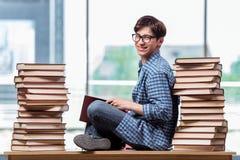 Il giovane studente nell'ambito dello sforzo prima degli esami Immagine Stock