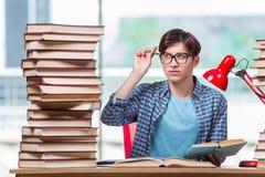Il giovane studente nell'ambito dello sforzo prima degli esami Fotografia Stock