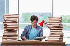 Il giovane studente nell'ambito dello sforzo prima degli esami Immagine Stock Libera da Diritti