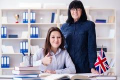 Il giovane studente straniero durante la lezione di lingua inglese Immagini Stock