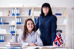 Il giovane studente straniero durante la lezione di lingua inglese Fotografia Stock