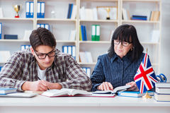 Il giovane studente straniero durante la lezione di lingua inglese Immagine Stock Libera da Diritti