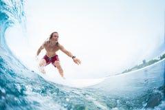 Il giovane surfista guida l'onda di oceano tropicale perfetta fotografie stock