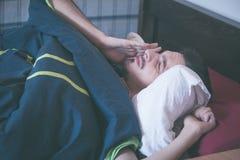 Il giovane sveglia di mattina gli occhi dello sfregamento Immagini Stock Libere da Diritti