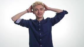 Il giovane tiene la sua testa con le sue mani nella scossa ed esprime le sue sensibilità archivi video