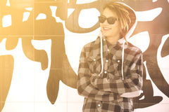 Il giovane tipo con gli occhiali da sole ed il filtro caldo dai capelli di rasta si è applicato Fotografia Stock Libera da Diritti