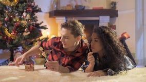 Il giovane tipo dà un regalo di Natale alla sua amica archivi video
