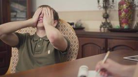 Il giovane tipo del ritratto ad una sessione con uno psicoterapeuta l'adolescente parla dei suoi problemi e timori al video d archivio