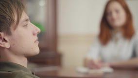 Il giovane tipo del ritratto ad una sessione con uno psicoterapeuta l'adolescente parla dei suoi problemi e timori al archivi video