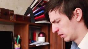Il giovane tipo ha un naso semiliquido, pulisce il suo naso con un fazzoletto, starnutisce nel suo fazzoletto archivi video